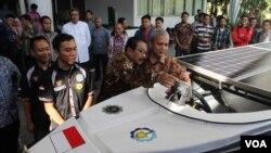 Gubernur Jawa Timur Soekarwo melihat kapal cepat tenaga matahari buatan mahasiswa ITS (VOA/Petrus Riski)