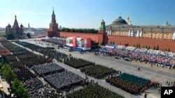 Parade militer Rusia yang merayakan peringatan 75 tahun kekalahan Nazi di Lapangan Merah di Moskow, Rusia, Rabu, 24 Juni 2020. (Foto: AP)