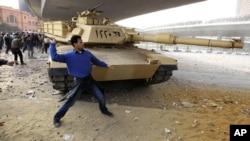 在2月3日对峙中一名抗议者向穆巴拉克支持者投掷石块