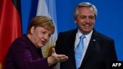 La canciller alemana Angela Merkel, gesticula durante una sesión de fotos con el presidente de Argentina, Alberto Fernández, antes de una conferencia de prensa en la Cancillería en Berlín. Febrero 3 de 2020. Foto: AFP.