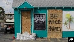 Một cửa hàng được đóng ván và chặn bao cát để chống chọi với Bão Harvey, ngày 24 tháng 8, 2017, ở Port Aransas, Texas.