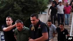 Arhiva - Policija sprovodi pripadnike turskih oružanih snaga u sudnicu u Mugli, turskom mediteranskom gradu, zbog sumnji da su učestvovali u neuspelom puču u julu 2016. (Tolga Adanali/Depo Photos via AP)