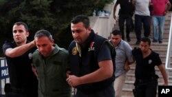 بیش از ۶۰۰۰ منسوب اردو و ۸۰۰۰ کارمند پولیس ترکیه به ظن دست داشتن در کودتا بازداشت شده اند.