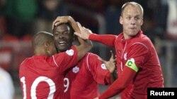 کیوبا سے جیتنے پر کینیڈا کے کھلاڑی خوشی کااظہار کررہے ہیں
