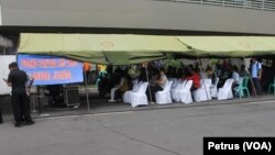 Posko Pantau AirAsia Lanudal Juanda dipenuhi keluarga penumpang pesawat yang ingin memperoleh informasi hilangnya keluarga bersama pesawat AirAsia, 29 Desember 2014 (Foto:VOA/Petrus).