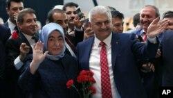 Binali Yildirim dan istrinya, Semiha Yildirim melambai kepada pendukungnya dalam Kongres Partai AKP di Ankara, Minggu (22/5). Yildirim dipastikan akan menjadi PM Turki berikutnya menggantikan Ahmet Davutoglu.