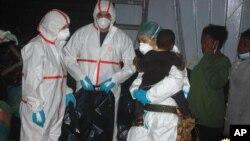 意大利海軍8月18日發布的圖片顯示,海軍將從地中海海上搶救的非法移民兒童。
