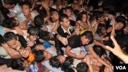 Ratusan orang tewas saat berdesak-desakan di Festival Air di Pnom Penh, Kamboja. Para pengunjung festival ini berlari untuk menyeberangi jembatan yang sempit.