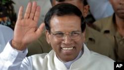 Mantan Menteri Maithripala Sirisena melambaikan tangan ke arah para pendukungnya, saat meninggalkan sekretariat pemilihan umum Sri Lanka di Colombo (9/1). Maithripala Sirisena mengalahkan Presiden Mahinda Rajapaksa dalam pemilihan Presiden Sri Lanka.