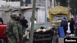 士兵和法醫人員星期五來到墨西哥首都附近的赫蘇特帕特佩村。較早前﹐那裡發生爆炸事件﹐有16人死亡。