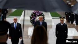 特朗普總統與副總統彭斯在美國退伍軍人日早上前往位於華盛頓郊區的阿靈頓軍人公墓,向無名烈士墓致上鮮花。