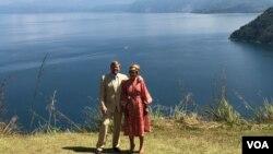 Raja Willem-Alexander dan Ratu Maxima dari Kerajaan Belanda berpose di Bukit Singgolom, Toba, Sumut. Kamis 12 Maret 2020. (VOA/Anugrah Andriansyah)