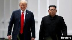 2018年6月12日美国总统特朗普和朝鲜领导人金正恩在新加坡午餐后散步