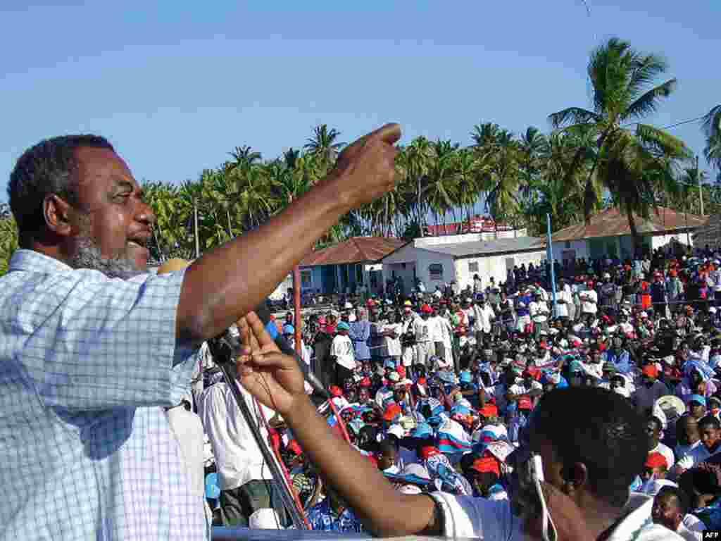 Seif Shariff mgombea wa CUF ahutubia kampeni kabla ya wafuasi wake kupambana na wa CCM 2005