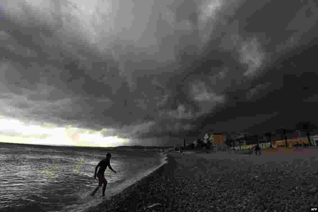 نزدیک شدن توفان به سواحل دریای مدیترانه در نیس فرانسه