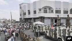 예멘 타이즈 지역에서 정부군이 알리 압둘라 살레 대통령의 사임을 요구하는 시위대의 길을 차단하고 있다.(자료사진)