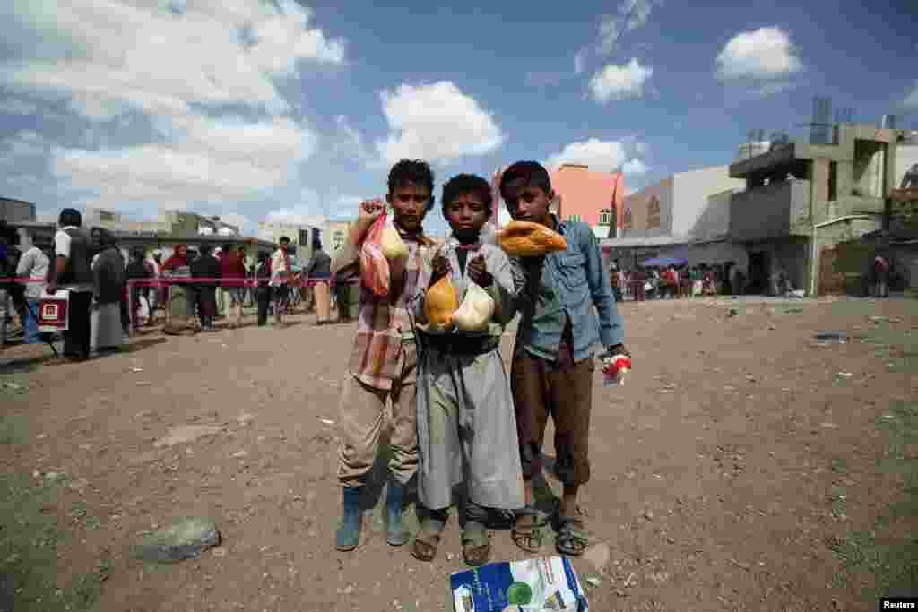کودکان یمنی در برنامه توزیع غذا وعده ای برای افطار دریافت کرده اند.