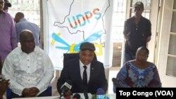 À gauche, Felix Tshisekedi, et au centre Jean-Marc Kabund, lors d'une conférence de presse au siege de l'UDPS, Limete, Kinshasa, en RDC le 28 octobre 2016. (VOA/Top Congo)