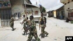 Binh sĩ chính phủ Somalia tuần tra ở khu chợ Bakara trong thủ đô Mogadishu
