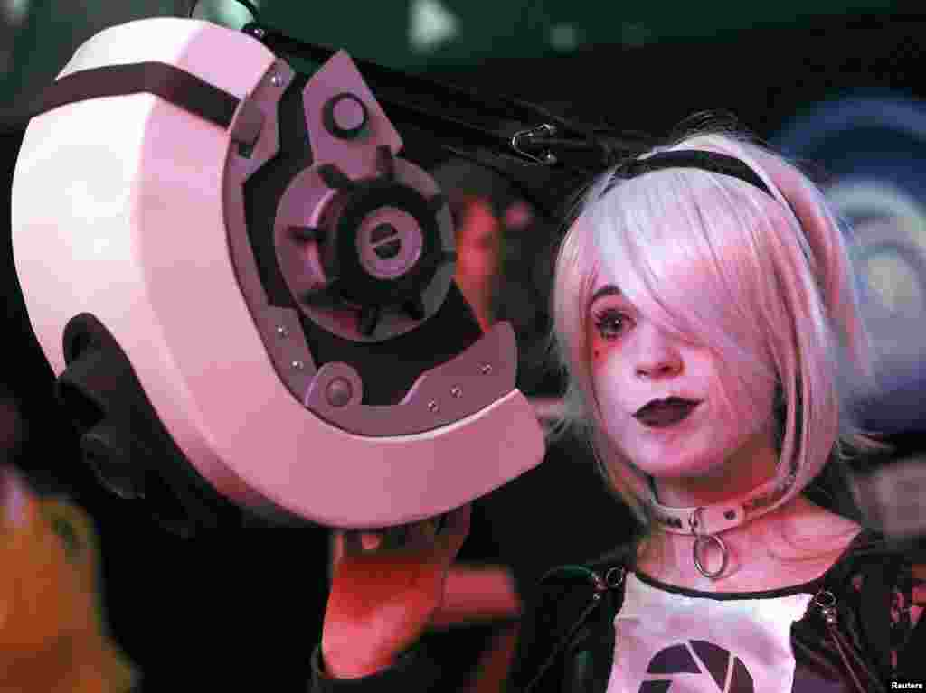"Marlee Zabriskie, dressed as a character from the game ""Portal"", attends the 2014 Electronic Entertainment Expo, known as E3, in Los Angeles, California, June 11, 2014."