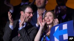 Chelsea Clinton, anak capres Partai Demokrat Hillary Clinton dan suaminya Marc Mezvinsky di konvensi nasional Partai Demokrat di Philadelphia.