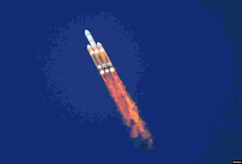 Hỏa tiễn không người lái Delta 4 khởi hành từ Căn cứ không quân Vandenberg ở bang California, Mỹ, để đưa một vệ tinh bí mật vào quỹ đạo để phục vụ hoạt động do thám.