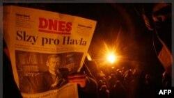Nhiều người tụ tập để tưởng nhớ cựu Tổng thống Vaclav Havel tại trung tâm thành phố Prague, Cộng hòa Czech, 18/12/2011