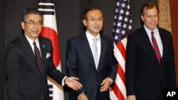 South Korea's chief nuclear envoy Lim Sung-nam, center, his Japanese counterpart Shinsuke Sugiyama, left, and U.S. envoy on North Korea Glyn Davies pose before talks in Seoul, South Korea, May 21, 2012.