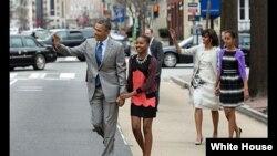 Presiden AS Barack Obama dan ibu negara Michelle Obama bersama anak-anak mereka Sasha dan Malia (kanan) saat akan menghadiri misa di Gereja St. John's di Washington, D.C., Maret 2013. (Gedung Putih/Pete Souza)