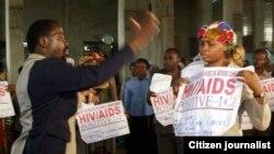 Le pasteur évangéliste nigérian TB Joshua, priant pour des malades