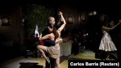 Le président américain Barack Obama esquisse quelques pas de tango en Argentine le 23 mars 2016.