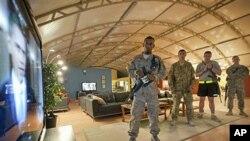 美國駐阿富汗士兵在觀看美國總統奧巴馬宣佈撤兵計劃