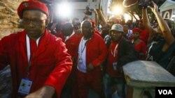 ທ່ານ Julius Malema (ກາງ) ແລະ ສະມາຊິກຄົນອື່ນໆ ຂອງ ພັກບັນດານັກຕໍ່ສູ້ ເພື່ອສິດເສລີພາບດ້ານເສດຖະກິດ ກຳລັງຍ່າງອອກຈາກຫ້ອງສະພາ.