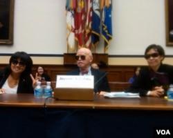 科恩教授(中)和柴铃(左)等人2011年11月1日戴着墨镜出席国会听证声援陈光诚