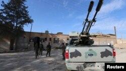 مخالفان دولت بیرون ساختمان یک زندان داعش