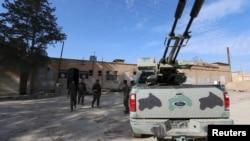 2016年2月26日叙利亚民主武装部队成员在一座据称是伊斯兰国属下的监狱外巡逻。
