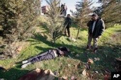 Askerler herhangi bir yerden geçtikten sonra geride eylemcilerin cesetleri bulunuyor