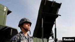 一名日本陆上自卫队成员站在PAC-3导弹拦截器前。(2018年1月18日)