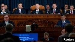 众议院情报委员会主席希夫(中)在国会上举行的首场针对特朗普总统的公开弹劾调查听证会上做开场发言。(2019年11月13日)