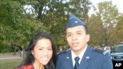 Alain ໃນຊຸດນັກຮຽນທະຫານເຝິກແອບ ROTC ກັບເພື່ອນສາວ