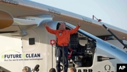 Le pilote Bertrand Piccard est dans la joie après l'atterrissage de l'avion solaire à l'aéroport de San Pablo à Séville, Espagne, 23 juin 2016. AP Photo / Laura Leon)