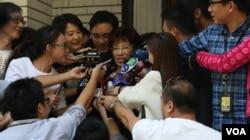 立法院副院长、国民党总统参选人洪秀柱在主持10月13日立法院会前接受媒体采访。(照片来源:美国之音李逸华拍摄)