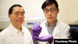 图为俄亥俄州立大学工程院和医学院的华裔学者联合从事硅芯片的研究。