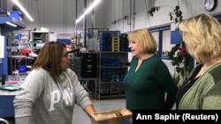 Robin Safron (centro), directora de Recursos Humanos de HydraForce Inc., habla con una empleada en una planta de la empresa en Lincolnshire, Illinois, EEUU, 10 de enero de 2018. REUTERS/Ann Saphir