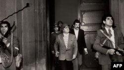 Последний прижизненный снимок президента Альенде (в центре)
