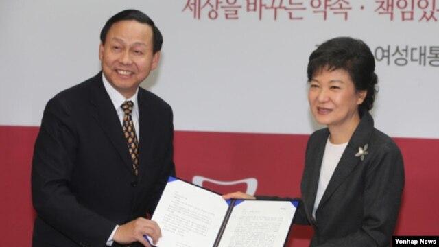 20일 새누리당 당사에서 장신썬 주한 중국대사로부터 후진타오 주석의 축하 친서를 전달받는 박근혜 대통령 당선인.
