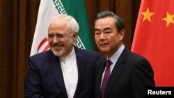 Ngoại trưởng Iran Mohammad Javad Zarif (trái) và Ngoại trưởng Trung Quốc Vương Nghị.