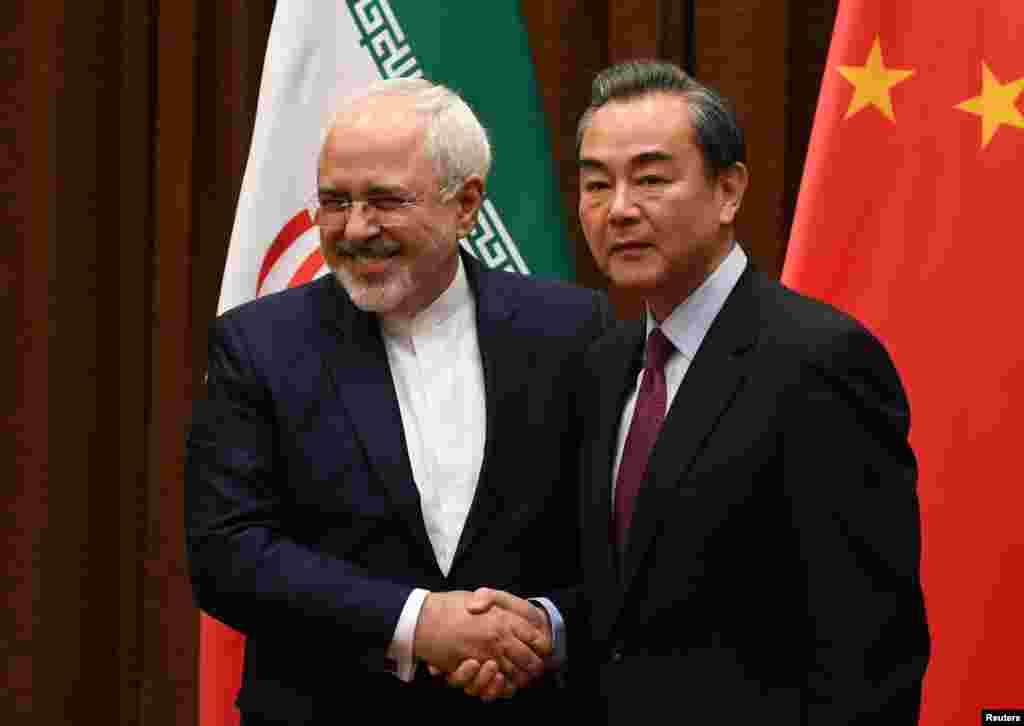 ملاقات محمد جواد ظریف، وزیر امور خارجه ایران، همراه با همتای چینی اش، وانگ ئی، در پکن چین.