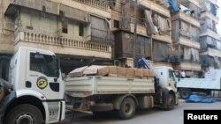 지난달 12일 시리아 알레포 반군 점령 지역에 외부에서 온 인도적 지원물자들을 실은 트럭이 세워져있다. (자료사진)