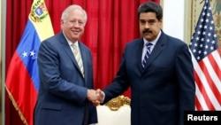 22일 베네수엘라 수도 카라카스를 방문한 토머스 섀넌 미 국무부 정무차관(왼쪽)이 니콜라스 마두로 베네수엘라 대통령을 면담했다.